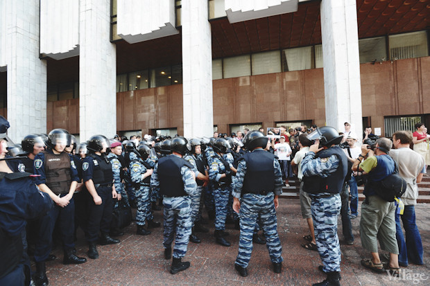 Несмотря на присутствие многочисленных отрядов «Беркута» возле «Украинского дома», подход к зданию свободен. Изображение № 15.