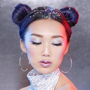 Ярче ёлки: 5 способов украсить причёску глиттером — Красота на Wonderzine