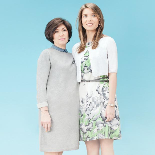 Девушки в любимых  нарядах мам  и наоборот