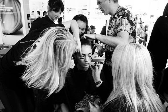 Бэкстейдж Veronique Leroy: Кружево и пластик — Paris Fashion Week на Wonderzine