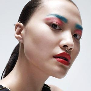 Почему пора перестать бояться ярких цветов  и приёмов в макияже — Мнение на Wonderzine