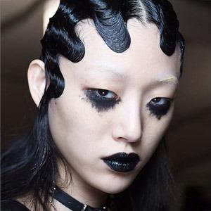 Чёрный, красный, металлик: Новые тенденции в макияже и причёсках — Красота на Wonderzine