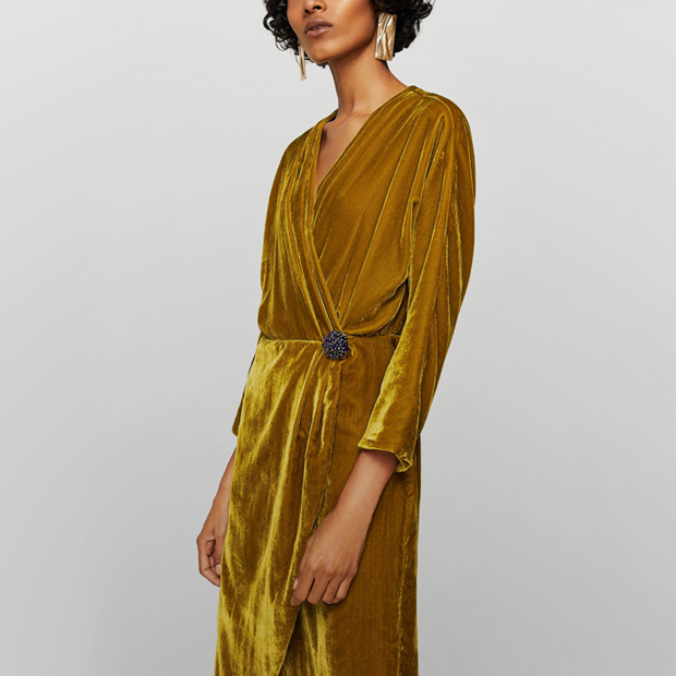 Воланы, бархат, блёстки: 20 красивых и недорогих платьев для Нового года