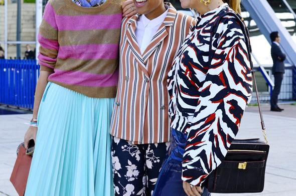 Девушка в бюстье на рубашку, японец в еще одном мохнатом свитере и другие гости PFW