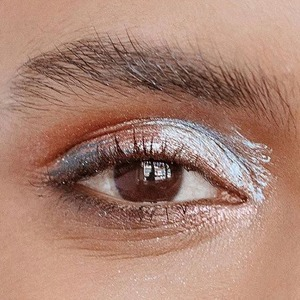 Высший свет: Сверкающие текстуры в макияже глаз — Тенденция на Wonderzine