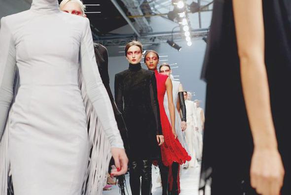 Парижская неделя моды: показы Damir Doma, Dries Van Noten, Rochas, Gareth Pugh и Mugler — Paris Fashion Week на Wonderzine