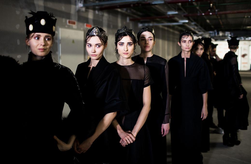 Репортаж: Шляпы с камеями  и прозрачные платья  на показе Alexander Arutyunov