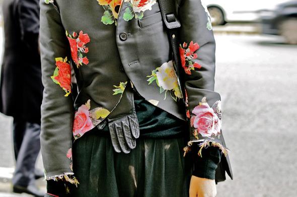 Десяток модников под зонтом, японец с двумя шарфами и другие гости Paris Fashion Week