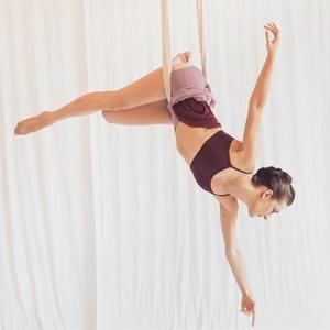 Под потолком: Что такое «воздушная йога» и как она работает — Спорт на Wonderzine