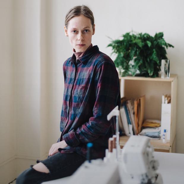 Дизайнер одежды Катя Яэмурд у себя в студии — Комната на Wonderzine