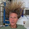 Астронавт Карен Найберг показала, как мыть голову в невесомости
