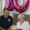 105-летнюю британку поздравила с юбилеем бригада пожарных