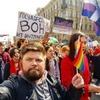 ЛГБТ-активисты провели акцию во время демонстрации в Петербурге
