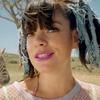 Лили Аллен кормит зебру с рук в новом клипе