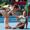МОК наградил бегуний, которые помогли друг другу дойти до финиша