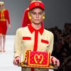 Коллекция Moschino о McDonald's поступает в продажу