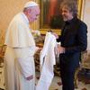 Папа римский получил  в подарок пару белоснежных джинсов