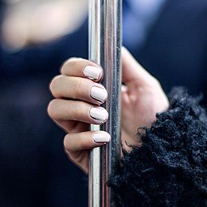 На ходу: Как накрасить ногти  в транспорте