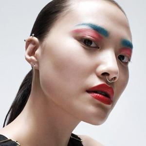 Почему пора перестать бояться ярких цветов  и приёмов в макияже