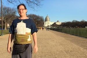 Мужчина вяжет свитера для путешествий и фотографируется в них