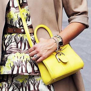 Кимоно, перья и сэтчелы на гостях показов Paris Fashion Week