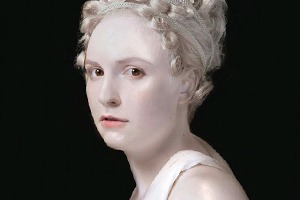 Забронзовела: Лену Данэм превратили в мраморный бюст