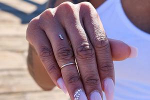 Новая замена обручальному кольцу — пирсинг на пальце
