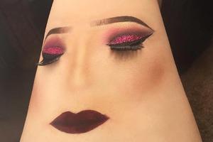 Инстаграм-блогеры рисуют макияж на своих ногах