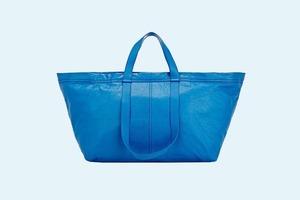 Balenciaga выпустили реплику синей сумки IKEA за 2000 долларов