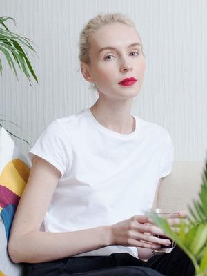 Визажистка Виктория Шнайдер у себя в гостиной