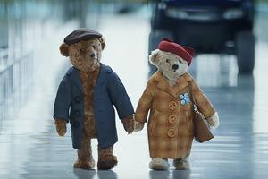 Реклама Хитроу  с пожилыми плюшевыми медведями