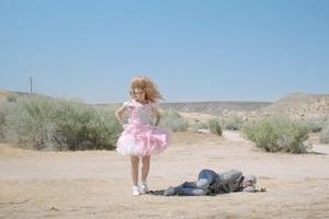 Новый клип Peaches: боди-позитивная оргия в пустыне