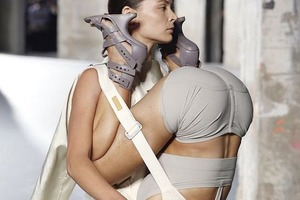 Модель на модели:  Рик Оуэнс показал  тяжесть женского бытия