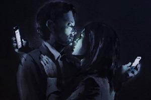 Новое граффити Бэнкси — о любви в эпоху смартфонов