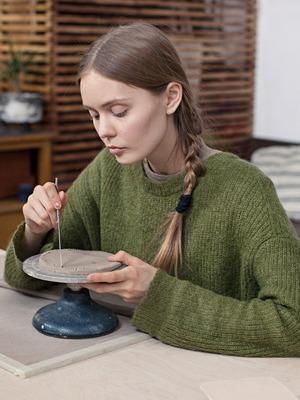 Керамист Мария Колосовская у себя в мастерской
