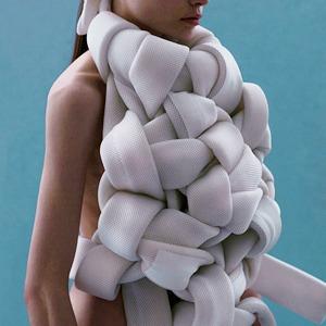 Andrea Jiapei Li: Женская одежда с намеком  на бандаж и оригами