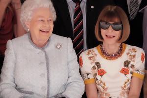 Исторический момент: две королевы  встретились на неделе моды
