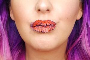 Новый флешмоб: Блогеры наносят косметику в 100 слоёв. И не только её