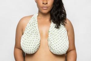 Американка придумала полотенце-гамак для груди Ta-Ta Towel
