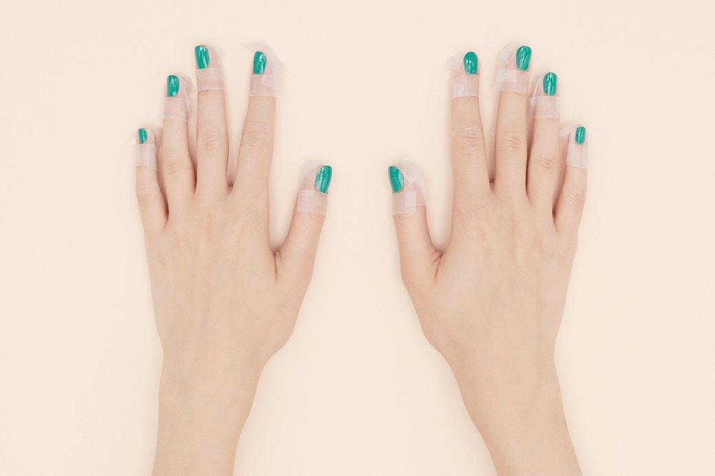 Чтобы не измазать черным лаком кожу вокруг ногтя, ее нужно заклеить скотчем — это сократит время в разы.. Изображение № 2.