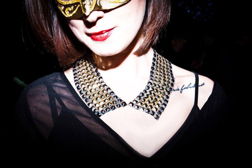 Маски из перьев  и цветы в волосах  на вечеринке «Martini карнавал». Изображение № 17.