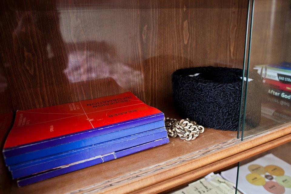 Учебники «Стрелки»; золотую цепь мне подарили на вечеринке, а шапку я купил другу, которому такие нравятся.. Изображение № 11.