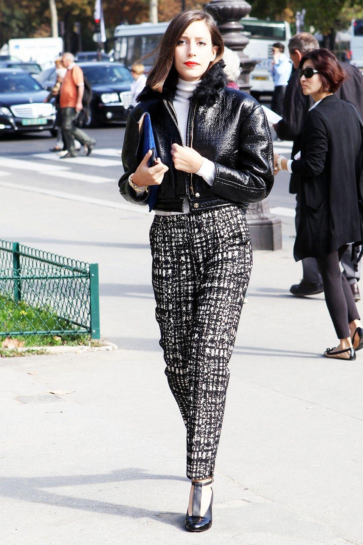 Лаковая кожа с чуть жилистой поверхностью перекликается с жилистым черно-белым принтом на брюках. Изображение № 9.