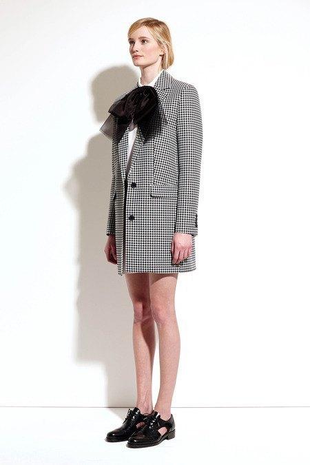 Пальто и костюмы в лукбуке новой коллекции Michael Kors. Изображение № 10.