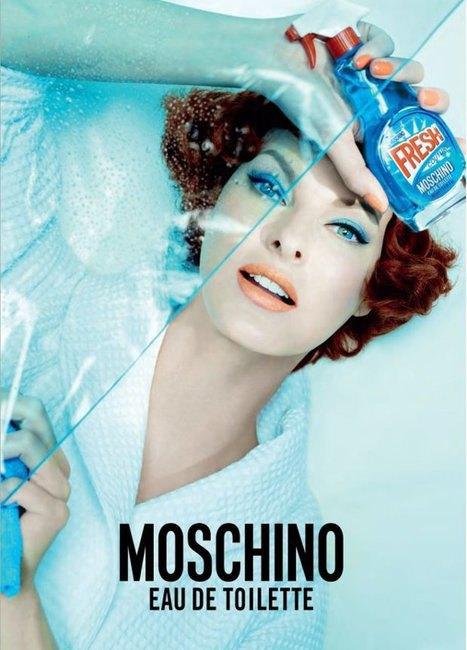 Линда Евангелиста моет окна в рекламной кампании Moschino. Изображение № 1.