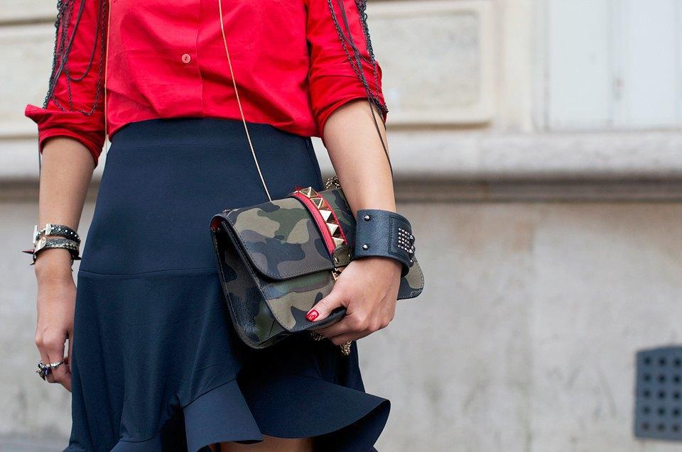 Красный, шипы и хаки — вот вам и женственность,  и военная тема в одном образе. Изображение № 18.