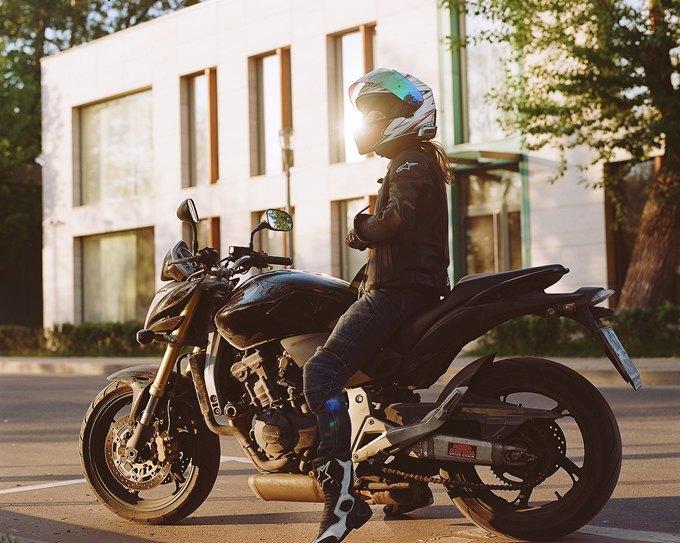 Обои девушка на мотоцикле