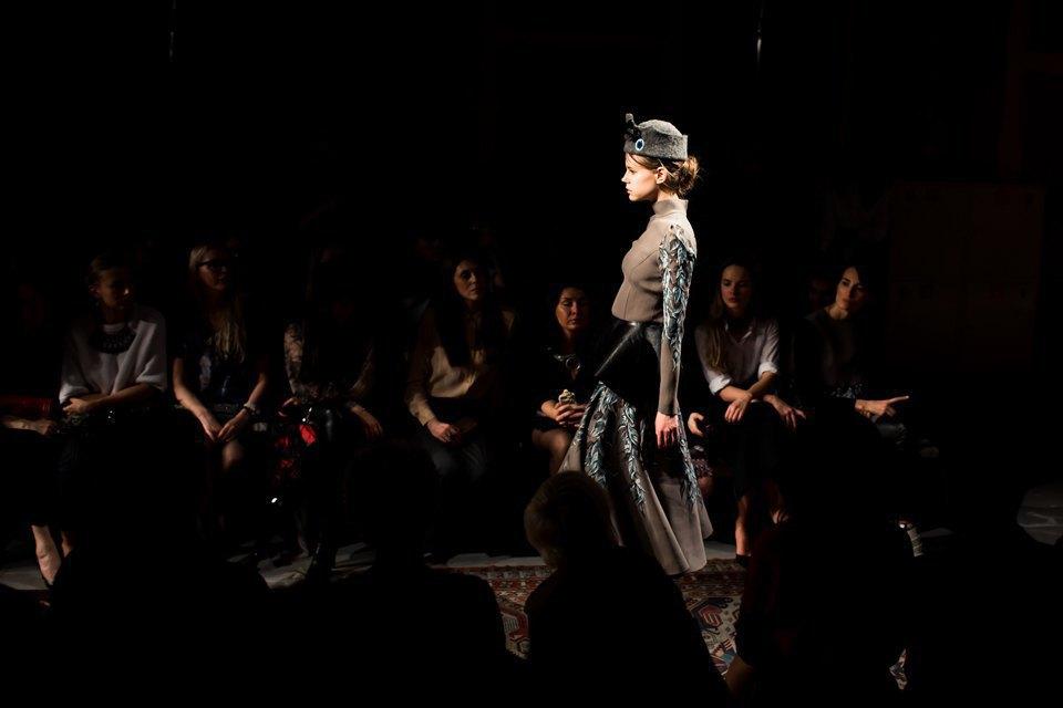 Репортаж: Шляпы с камеями  и прозрачные платья  на показе Alexander Arutyunov. Изображение № 15.