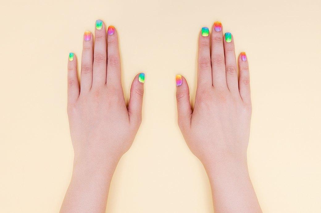 У пружинки Slinky шесть ярко выраженных оттенков; на длинном ногте можно было бы уместить их все, но мы решили делать тройной градиент. Радугу можно сделать и семицветной — в зависимости от того, какой посыл хочется вложить.. Изображение № 3.