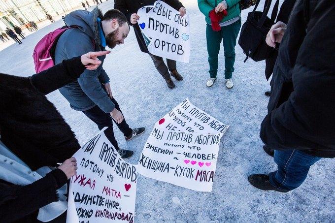 На Дворцовой площади прошёл пародийный пикет пролайферов. Изображение № 4.